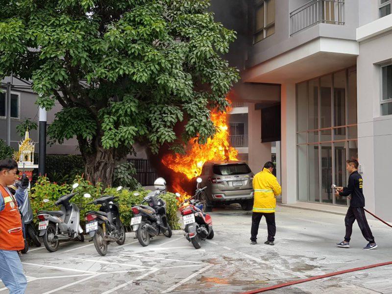 อยุธยา. เกิดเหตุเพลิงไหม้รถยนต์หน้าคอนโดหรูวอดทั้งคันคาดสาเหตุเกิดจากระบบไฟฟ้าเครื่องยนต์ขัดข้อง
