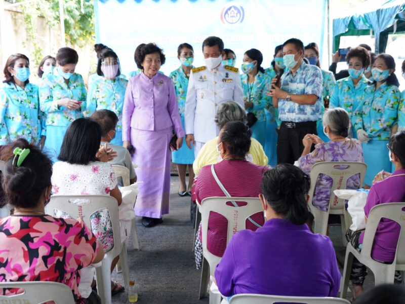 """พช.ร่วมกับ สภาสตรีแห่งชาติฯ มอบถุงยังชีพช่วยเหลือแบ่งปันให้ชาวชุมชนวัดโสมนัสฯ คลายทุกข์วิกฤตไวรัสโควิด-19 ในโครงการ """"เติมความสุข บรรเทาความทุกข์ ด้วยการแบ่งปัน"""""""