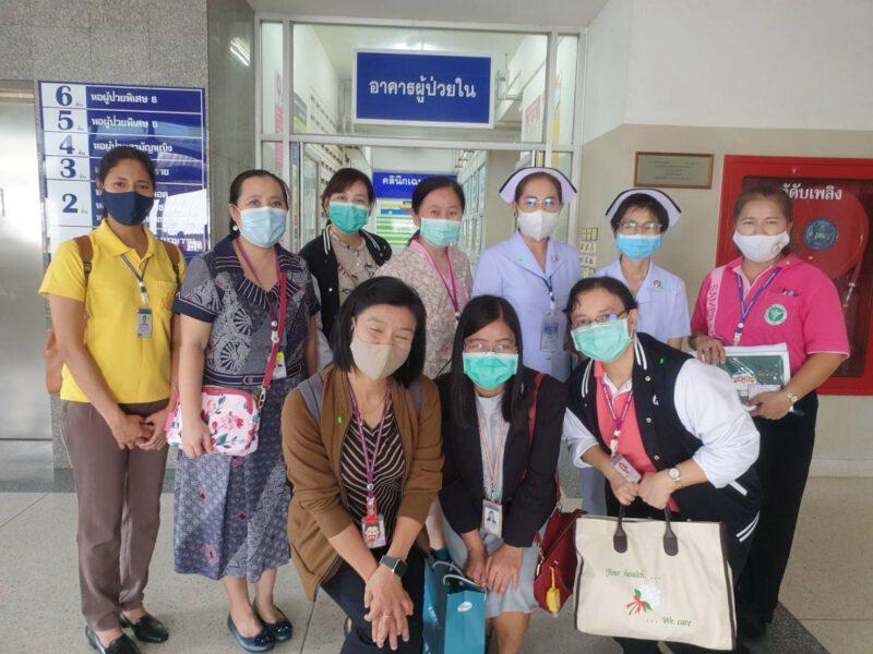 นครปฐม   คณะคณาจารย์โรงเรียนพยาบาลรามาธิบดีเข้าเยี่ยมโรงพยาบาลสามพราน(วัดไร่ขิง)ก่อนส่งนักเรียนพยาบาลเข้าศึกษา