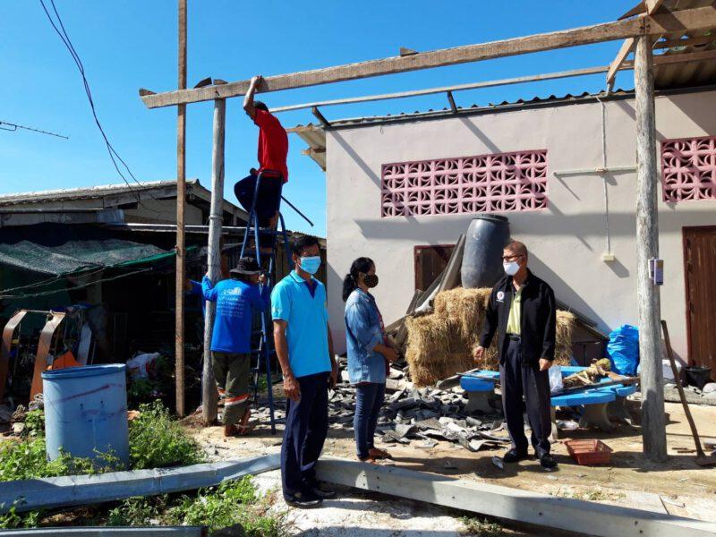 ประจวบคีรีขันธ์  กอ.รมน.ประจวบรุดเยี่ยมให้กำลังใจชาวกุยบุรี ถูกพายุฝนบ้านพังเสียหายหลายหลัง