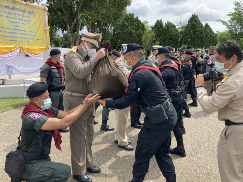 เชียงใหม่   องคมนตรีมอบสิ่งของพระราชทานให้ตำรวจทหารและผู้ปฏิบัติงาน