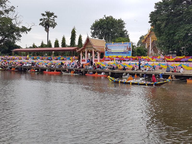 สุพรรณบุรี สืบสานประเพณีตักบาตรกลางน้ำจัดติดต่อกันมากว่า100ปี