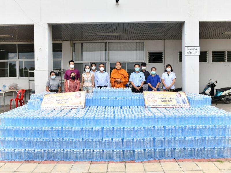 นครปฐม  หลวงพี่น้ำฝนและคณะศิษย์มอบน้ำดื่ม12,000ขวดสนับสนุนบุคลากรทางการแพทย์รพ.สามพราน
