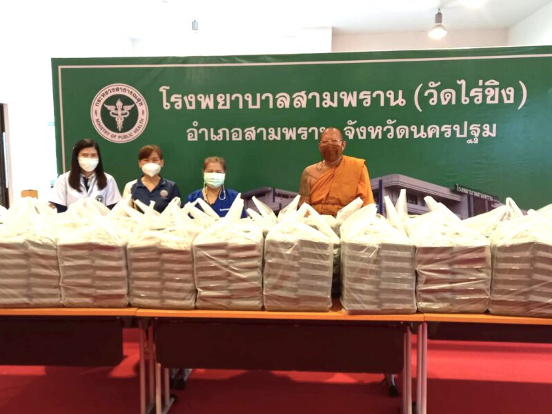 นครปฐม  หลวงพี่น้ำฝนเป็นสะพานบุญมอบข้าวกล่อง500กล่องให้บุคลากรโรงพยาบาลสามพราน