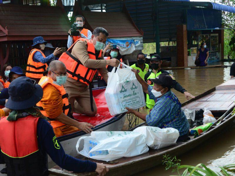 อยุธยา  ปลัดกระทรวงมหาดไทยร่วมกับคณะสงฆ์อยุธยา-ลพบุรี ลงพื้นที่ช่วยเหลือวัดและประชาชนที่ประสบอุทกภัย
