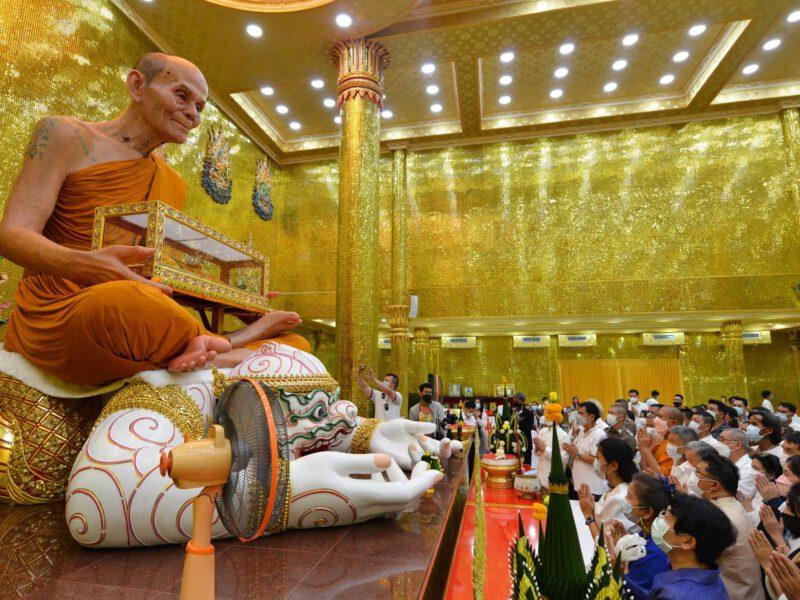 นครปฐม  หลวงพ่อพูล นั่งบนหนุมาน อุ้มโลงแก้วหีบทององค์ใหญ่ที่สุดในโลก