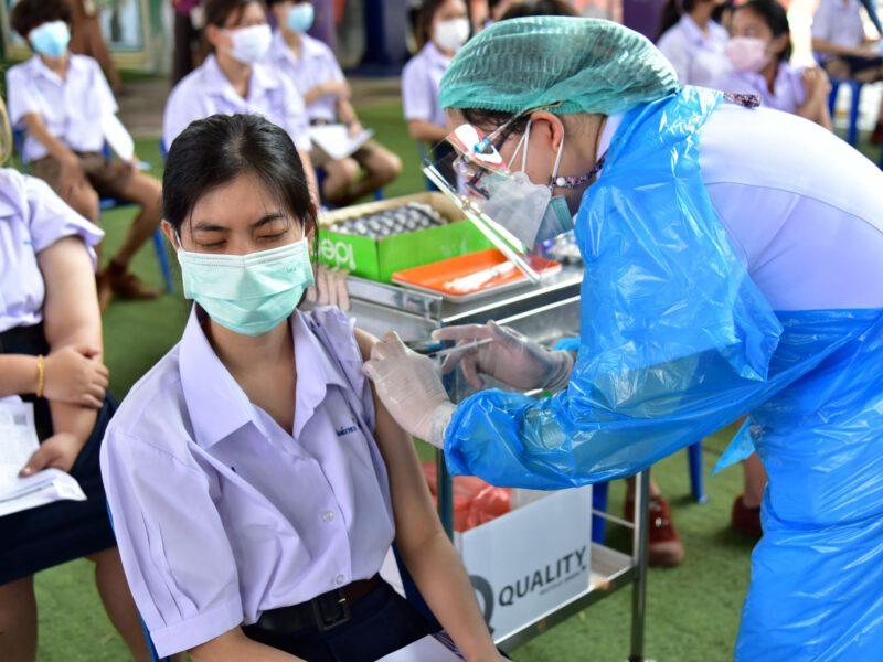 นครปฐม  บรรยากาศการฉีดวัคซีนไฟเซอร์ให้กับนักเรียน